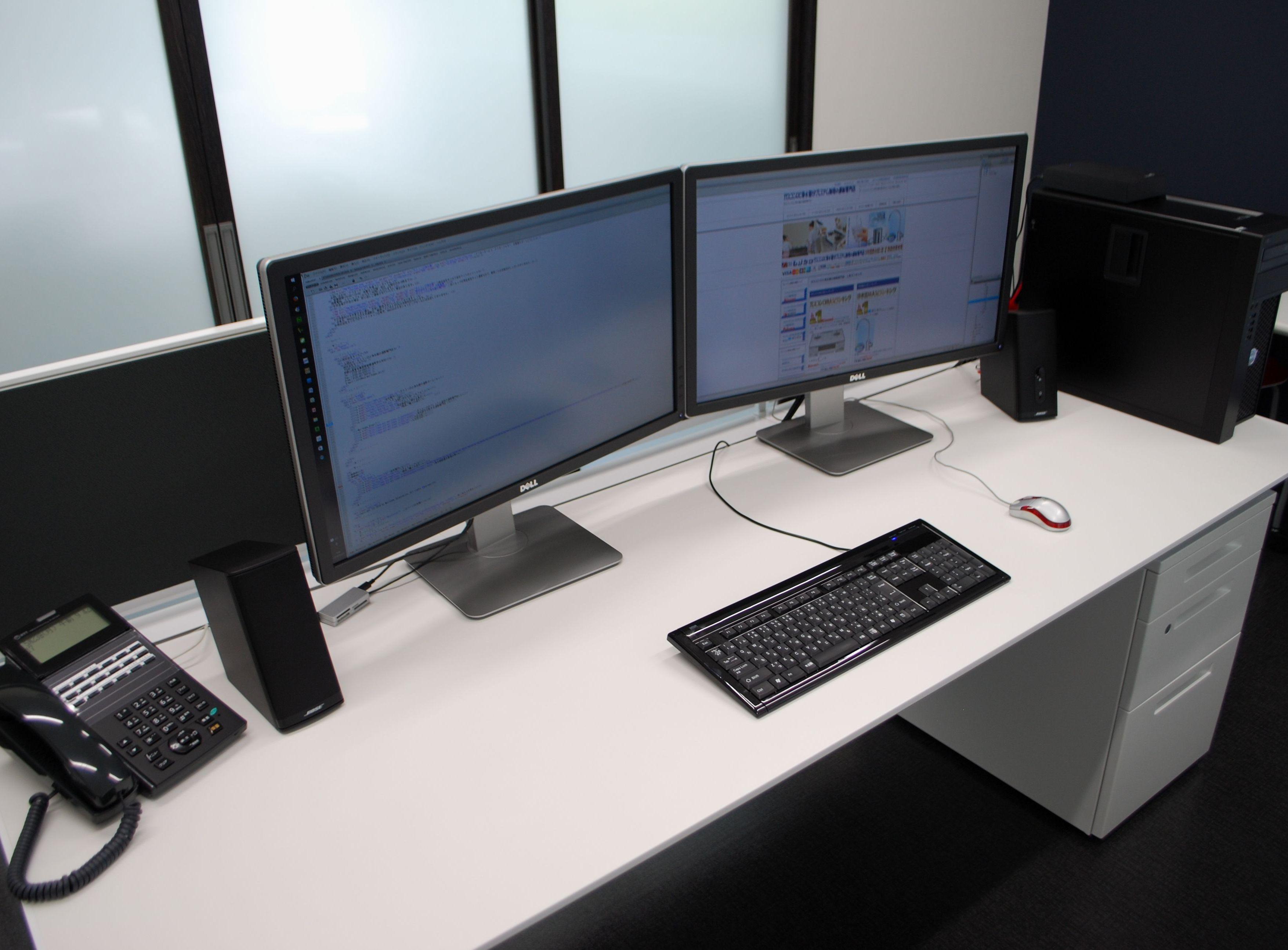 WEBを制作中のITルーム、最新の4K液晶、27型マルチモニターにて制作、受発注の処理